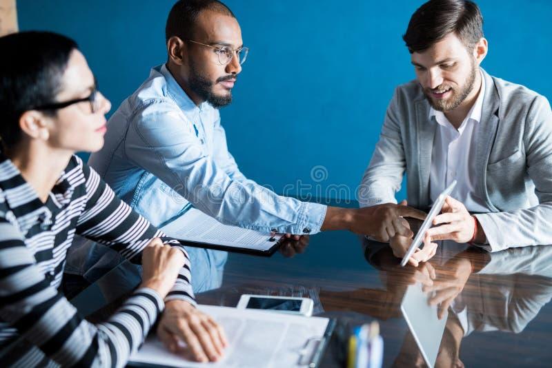 配合在业务会议上 库存照片