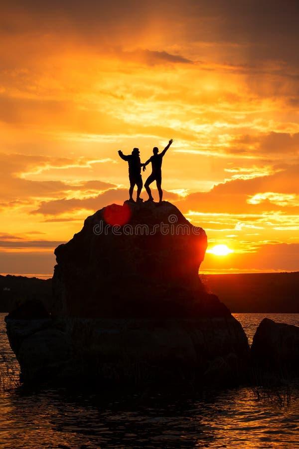 配合在海和山的友谊剪影 库存照片