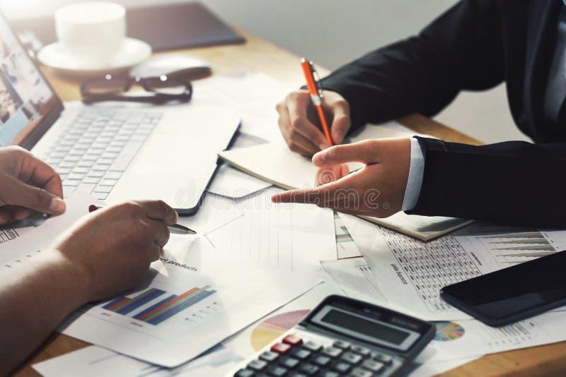 配合工作在办公室财政的会计概念的书桌上的女商人 库存照片