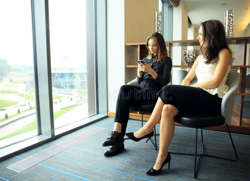 配合概念,群策群力 商人乘员组与新的起始的项目一起使用在现代顶楼 妇女藏品 图库摄影