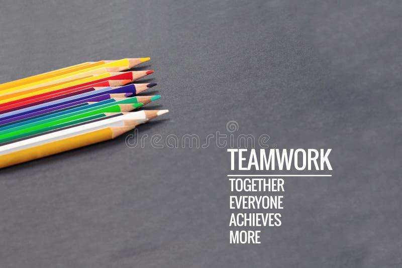 配合概念 小组在黑背景的颜色铅笔与词配合,一起,大家,达到和更多 库存照片