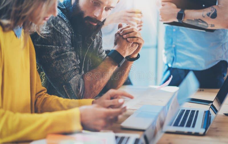 配合概念 工友在工作过程现代顶楼办公室期间的队激发灵感 新的交易起步项目 妇女 免版税库存照片