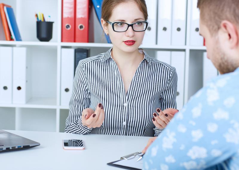 配合概念 年轻创造性的工友与新的起始的项目一起使用在办公室 两个人分析在桌面上的数据 库存照片