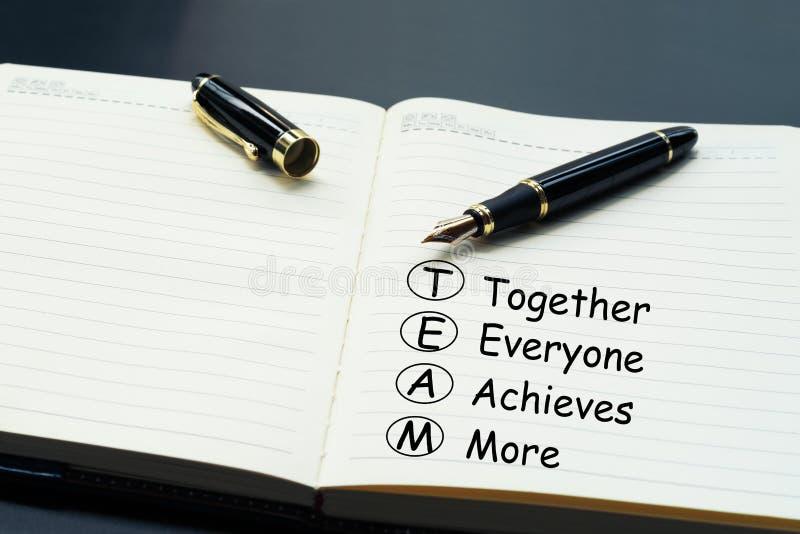 配合概念 豪华笔文字词配合,一起,大家,达到和更多在每日笔记本 库存照片