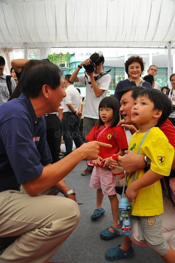 配合的孩子帮助teo 图库摄影