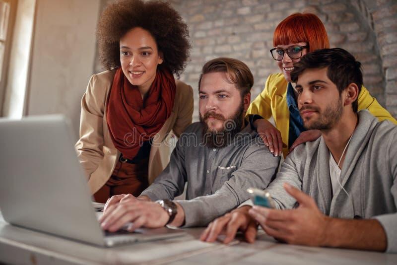 配合-年轻网设计师工作 库存照片