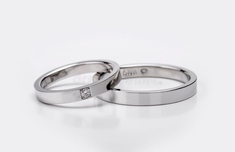 配比的婚礼和订婚人造白金圆环 免版税库存照片