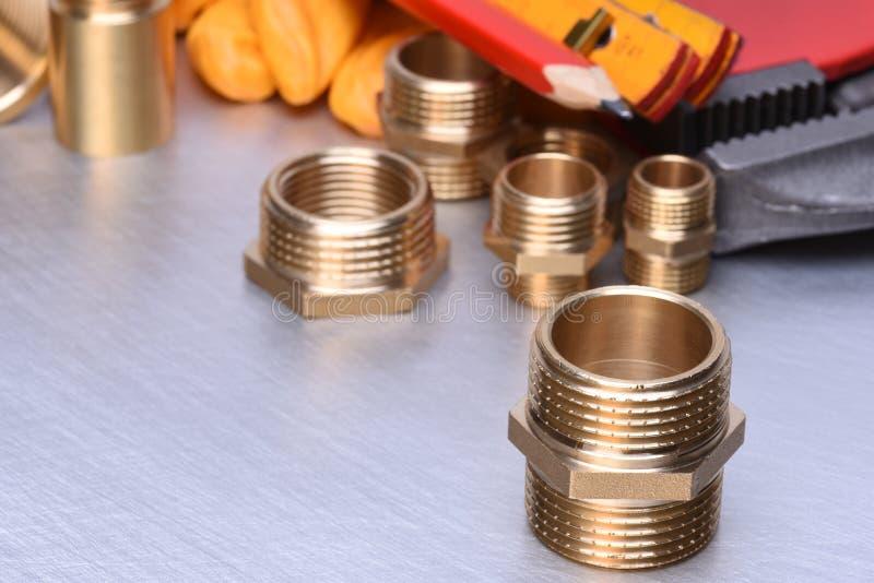 配管配件的零件有板钳和工具的 免版税库存照片