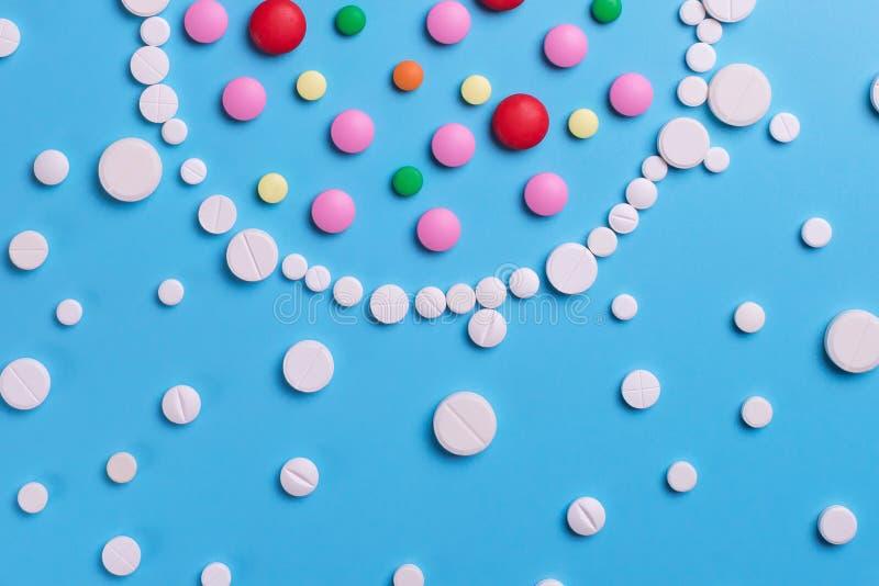 配药医学药片,在蓝色背景的片剂 免版税库存照片