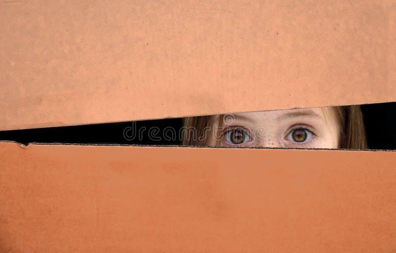 配件箱的女孩 免版税图库摄影