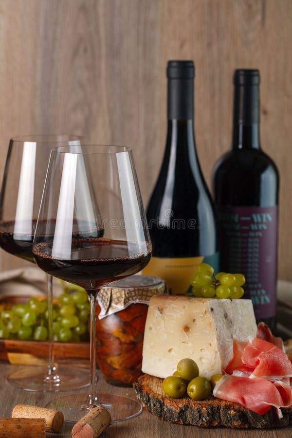 酒、乳酪和jamon静物画 垂直 库存照片