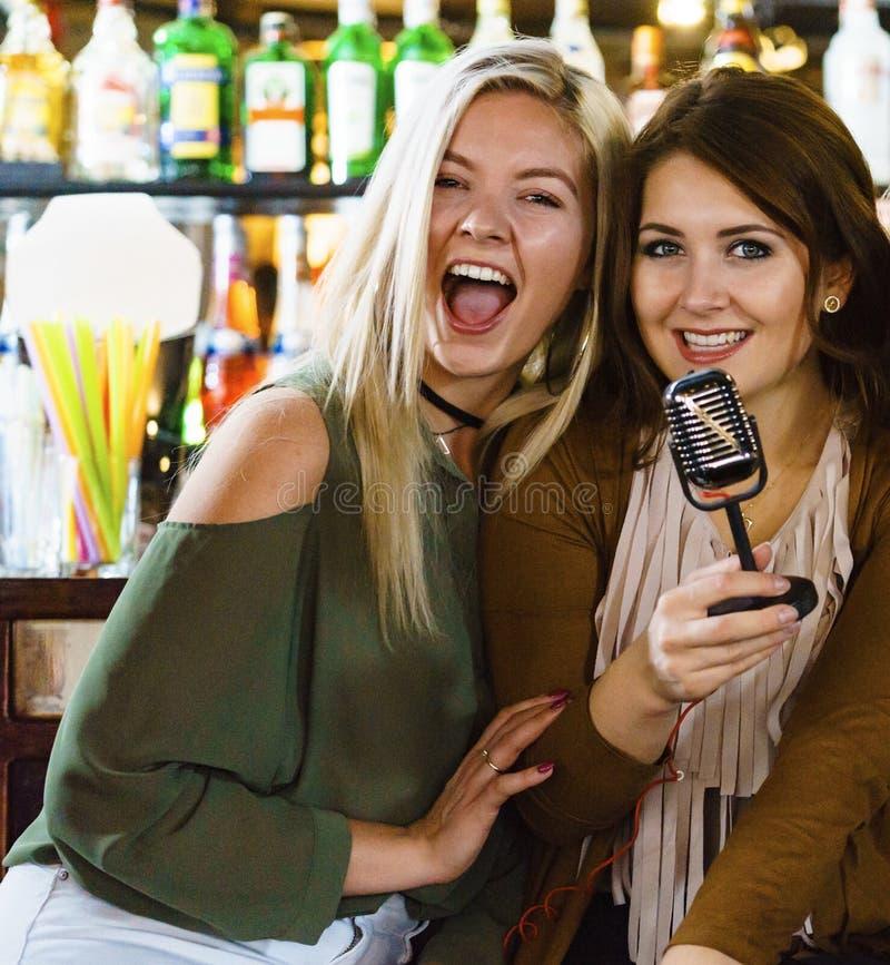 酒吧唱歌卡拉OK演唱的妇女 库存照片