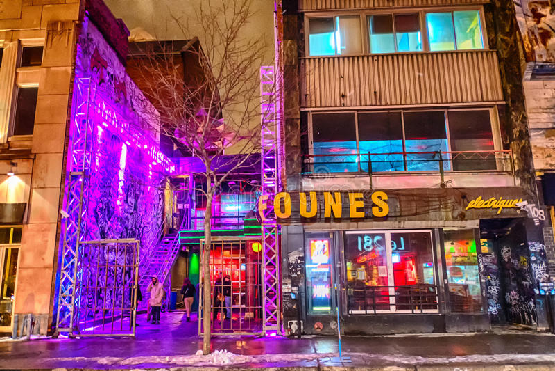 酒吧在蒙特利尔在晚上 免版税图库摄影