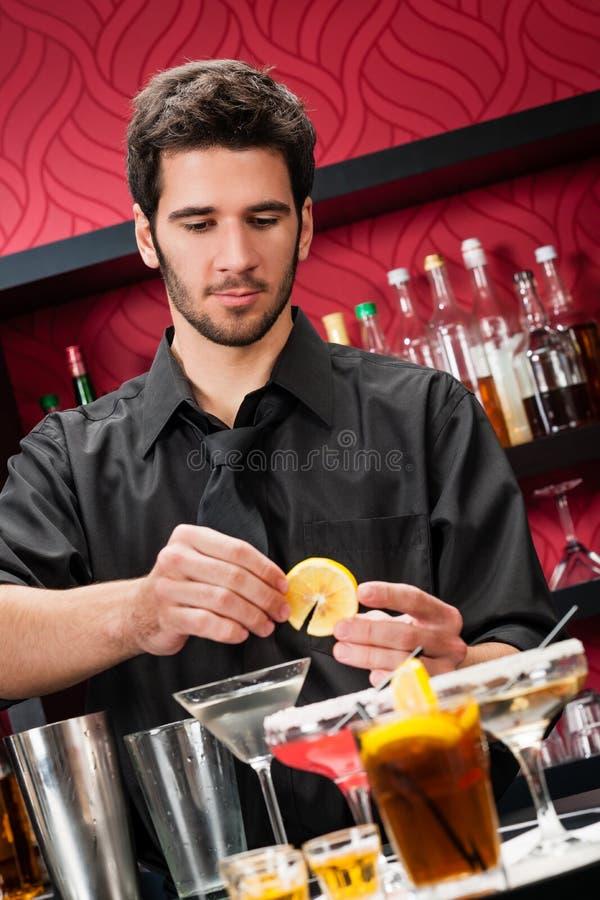 酒吧招待鸡尾酒饮料做准备年轻人 免版税图库摄影