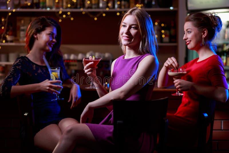 酒吧的三个朋友 图库摄影