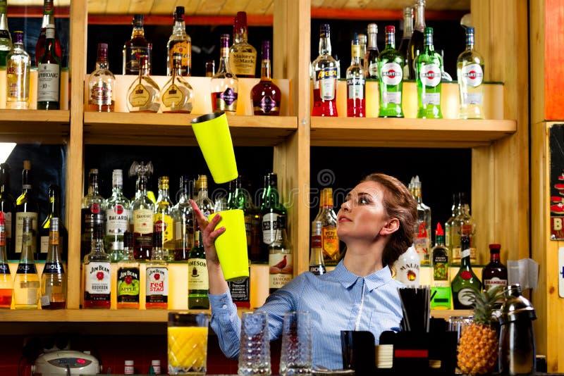 酒吧的年轻女孩侍酒者 免版税图库摄影