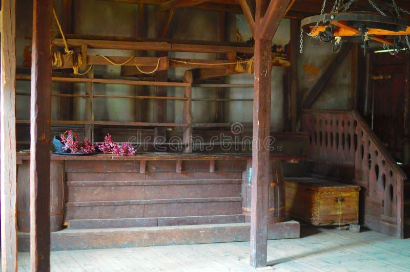 酒吧的木桌和在墙壁上的架子 免版税图库摄影