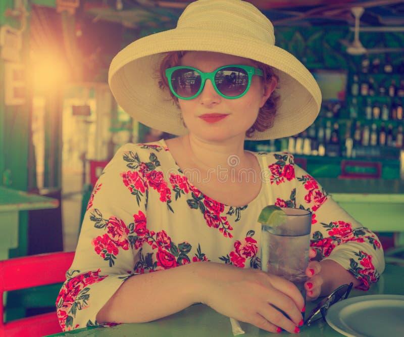 酒吧的年轻美丽的妇女 免版税库存照片