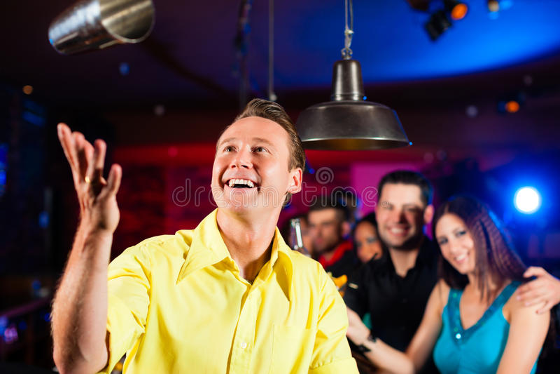 酒吧老板在客栈混合鸡尾酒或饮料 库存照片