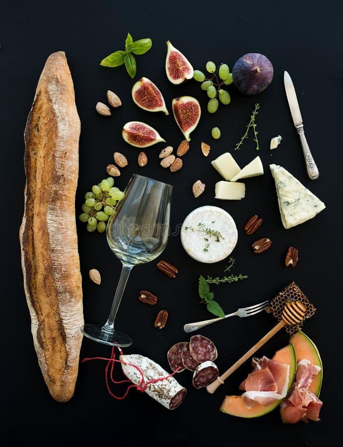 酒和快餐集合 长方形宝石,白色玻璃,无花果 免版税库存照片