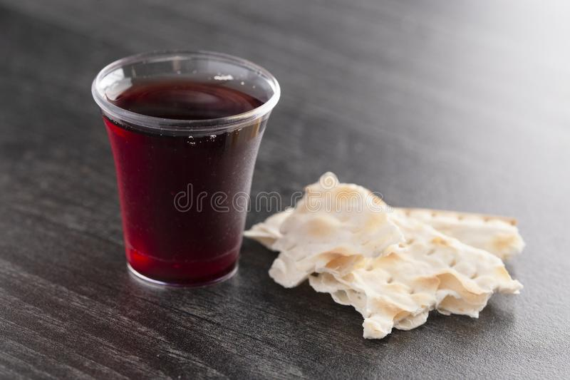 酒和未膨松面制面包基督徒信念的圣餐  库存照片