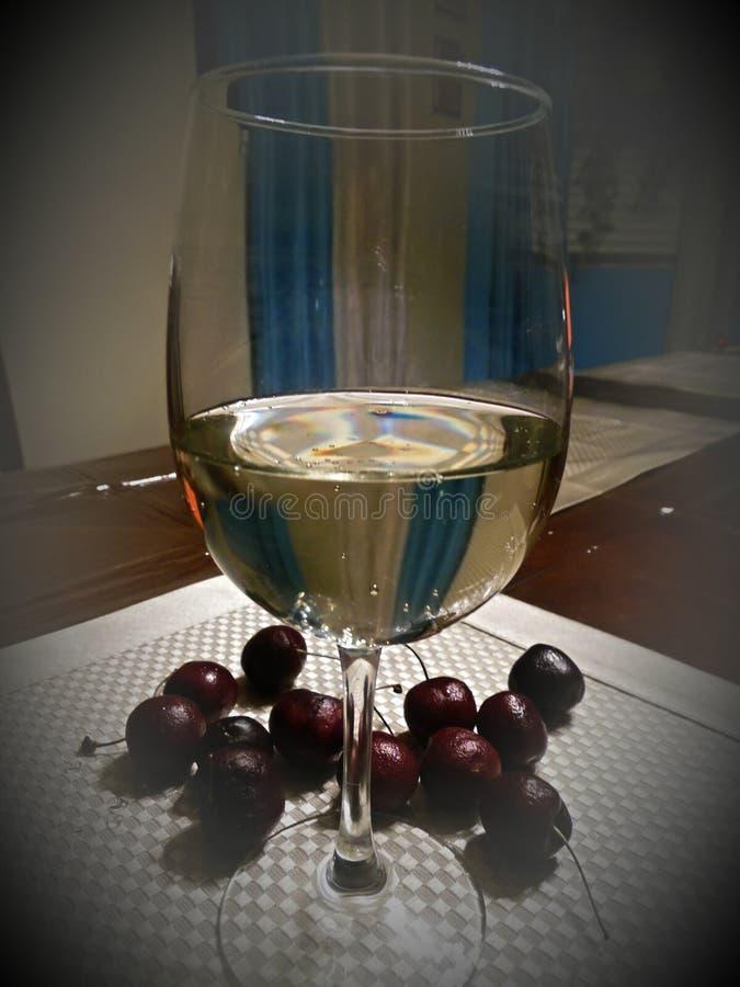 酒和樱桃 免版税库存图片