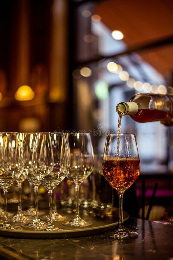 酒和玻璃在经典餐馆 免版税库存图片