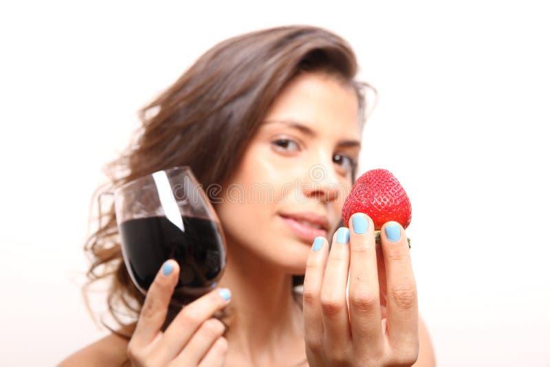 酒和草莓 免版税库存照片