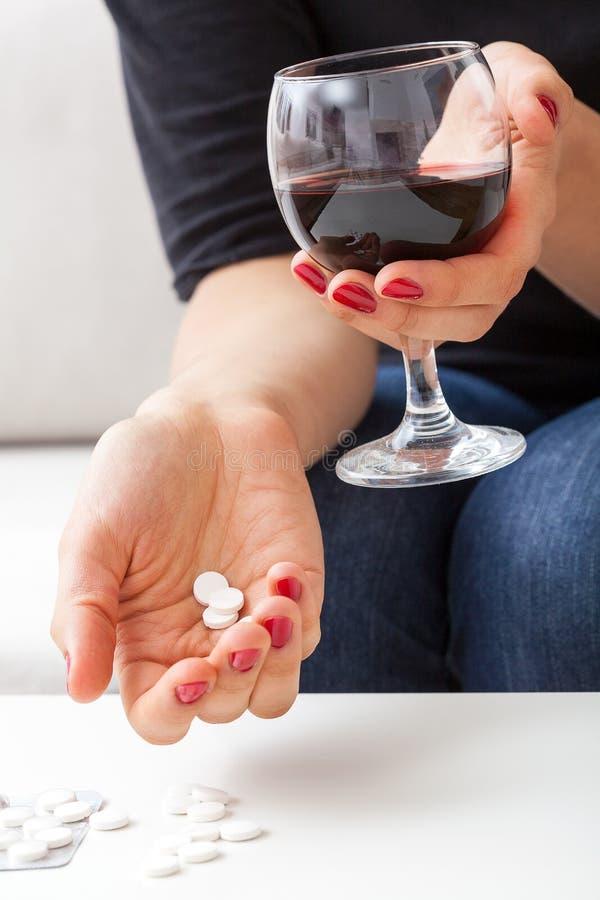 酒和药片 免版税库存图片