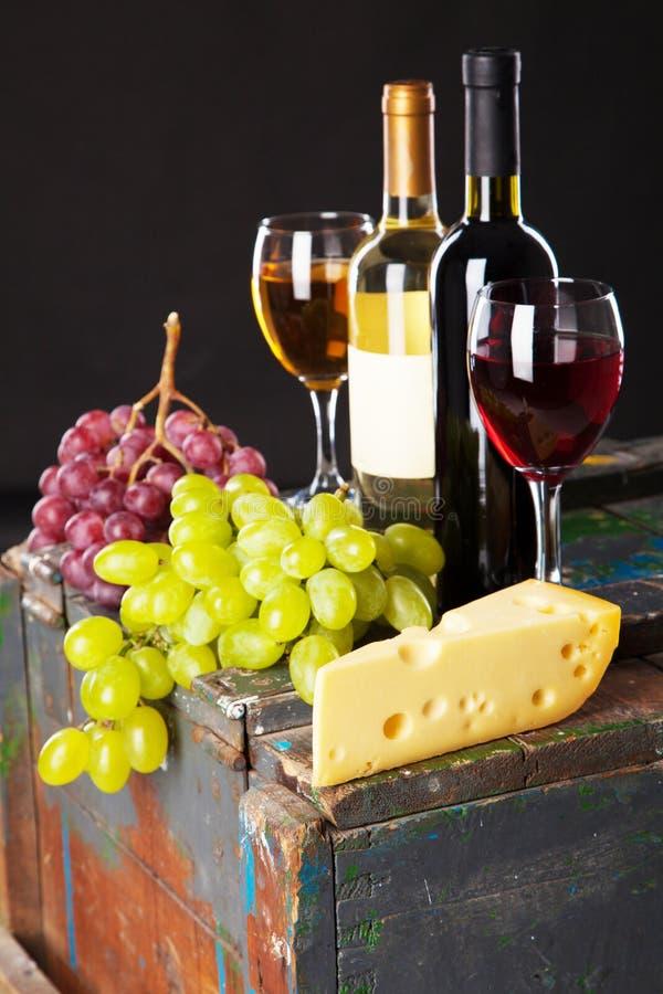 Download 酒和葡萄 库存照片. 图片 包括有 庆祝, 日志, 投反对票, 餐馆, 背包, 烤肉, 地窖, 玻璃, 打赌的人 - 30335880