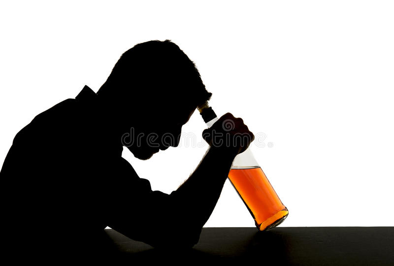 酒客有威士忌酒瓶的被喝的人在酒瘾剪影 库存图片