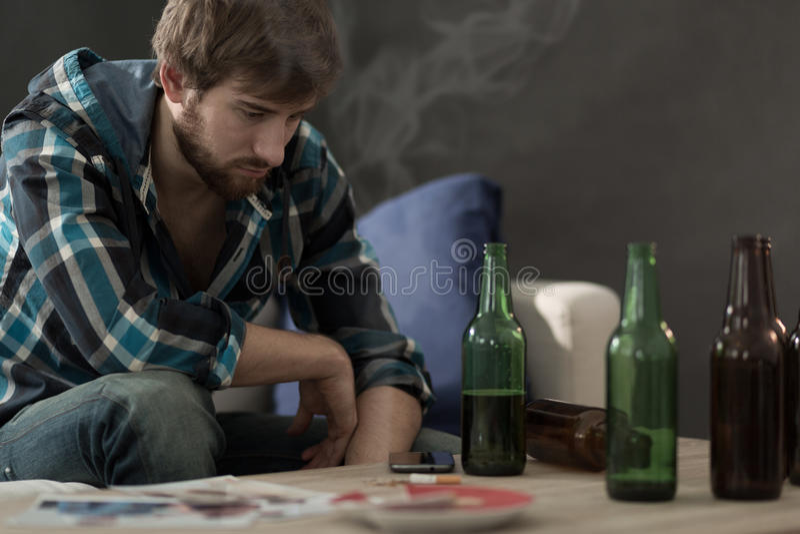 年轻酒客 库存照片