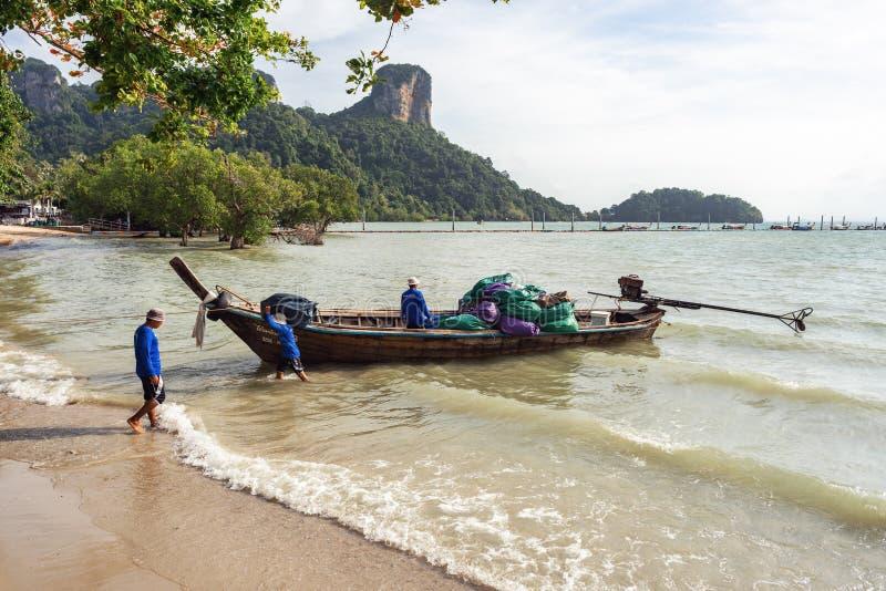 酒店工作人员从泰式长尾船上卸下行李 库存图片