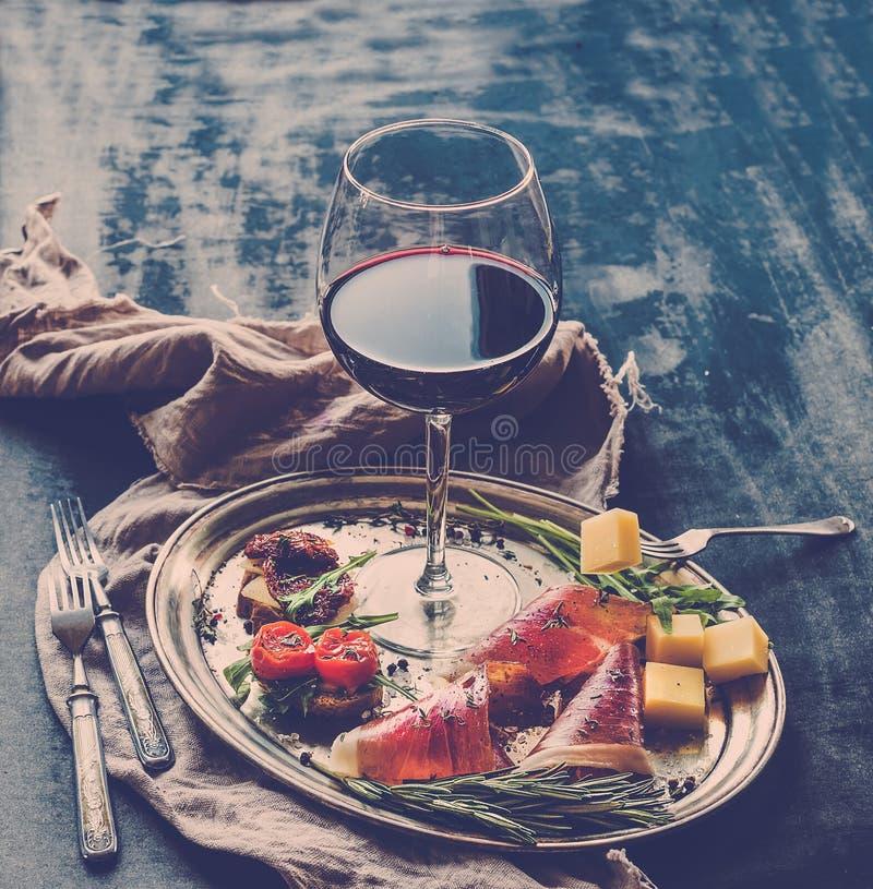 酒开胃菜集合 杯红葡萄酒,葡萄酒 免版税库存图片