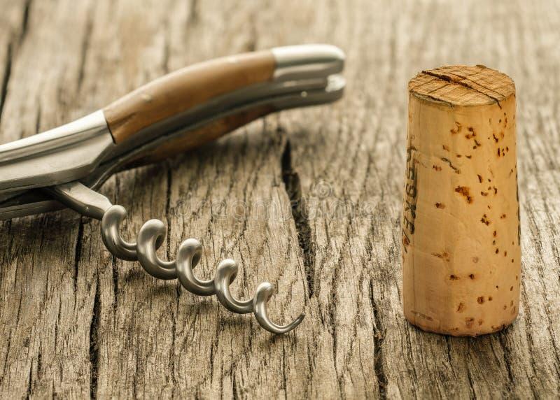 酒拔塞螺旋的黄柏和纺锤 免版税图库摄影