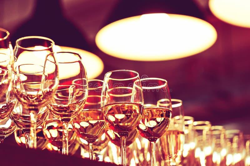 酒杯行在酒吧的 免版税图库摄影