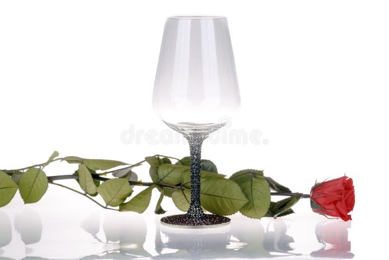 酒杯细节与红色玫瑰的在白色背景 库存图片