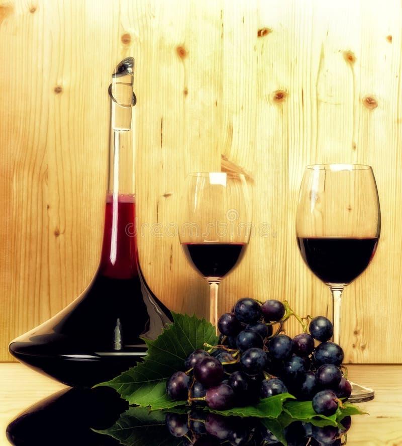 酒汇集两个玻璃和瓶 库存照片