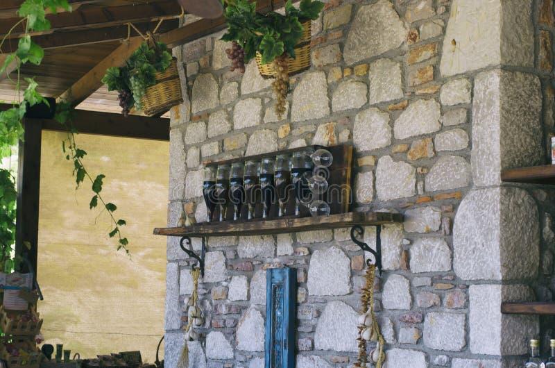 酒瓶和玻璃与葡萄篮子  免版税库存图片