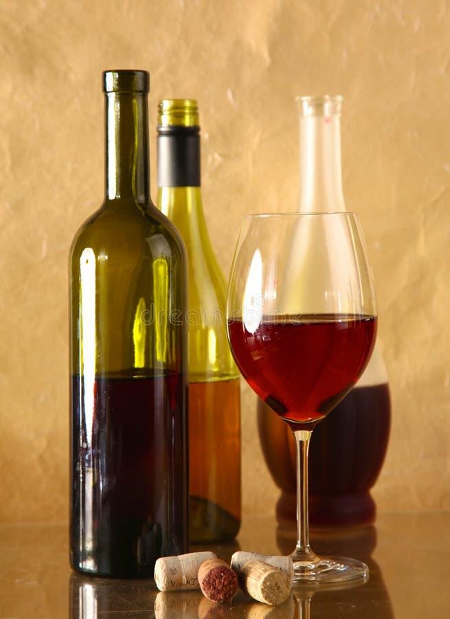 酒瓶和酒杯在玻璃桌上圖片