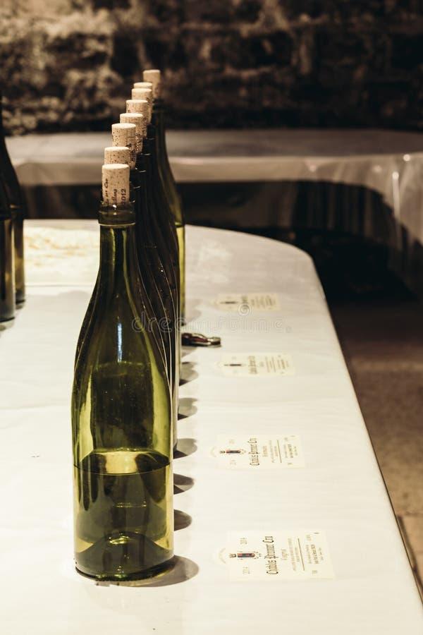 酒瓶在地窖里 免版税图库摄影