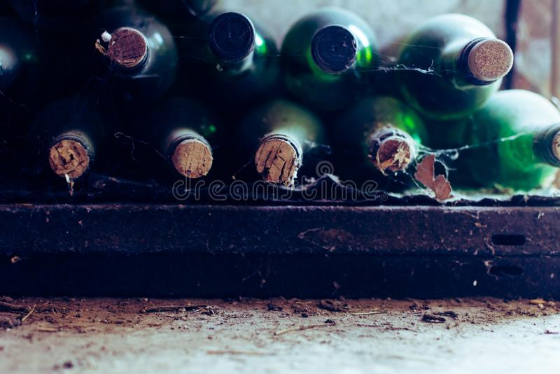 酒瓶在葡萄酒库里在一个老仓库里 免版税库存照片
