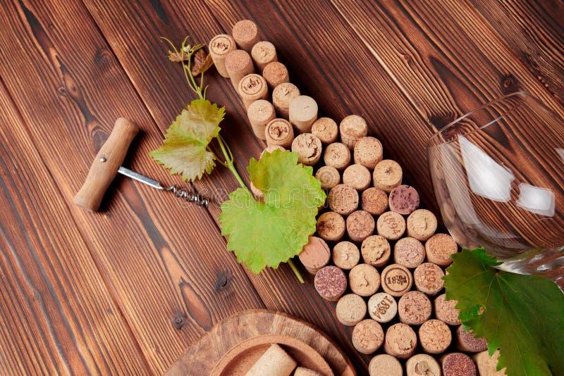 酒瓶塑造了黄柏和拔塞螺旋在土气木桌背景和粗麻布 与拷贝空间-图象的顶视图 库存照片