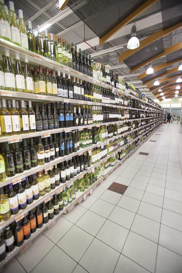 酒瓶意大利货架 免版税库存图片