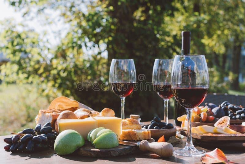 酒用果子和乳酪 免版税库存照片