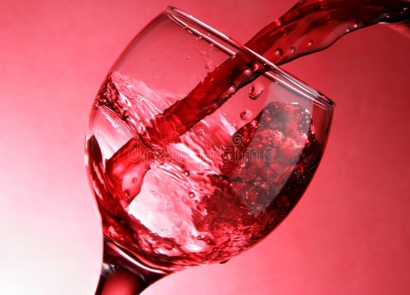 酒的接近的倾吐的红色 库存照片
