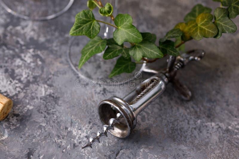 酒的精妙的葡萄酒拔塞螺旋在质地背景 r r 库存图片