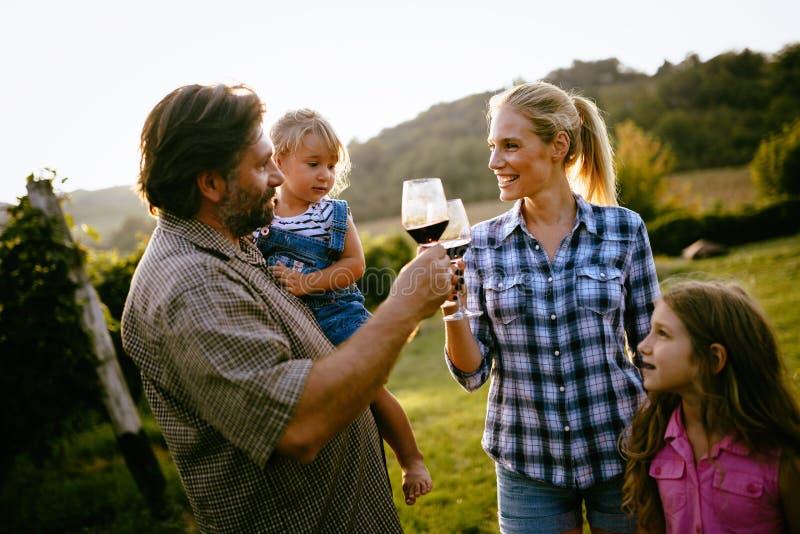 酒种植者家庭在葡萄园里 免版税图库摄影