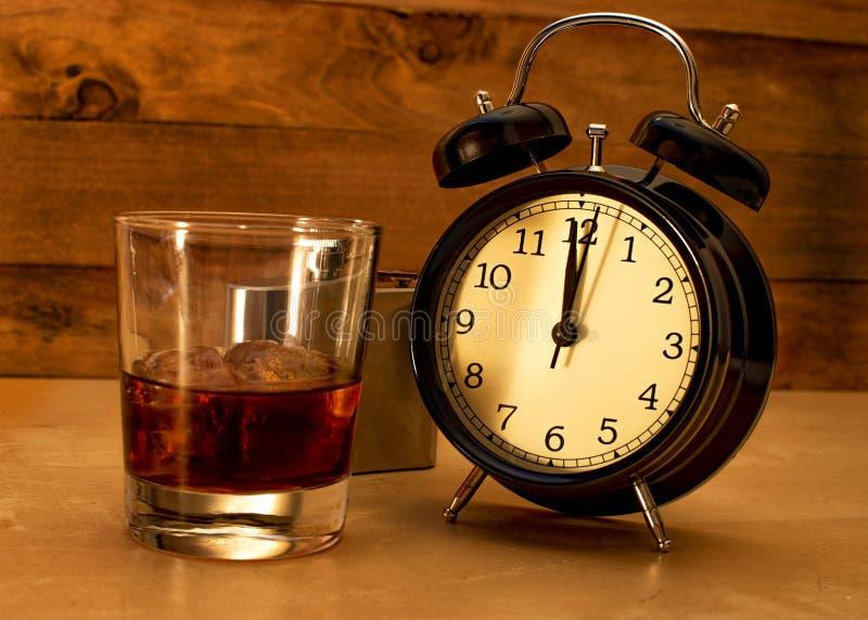 酒精中毒概念 玻璃翻转者用威士忌酒和冰 库存照片