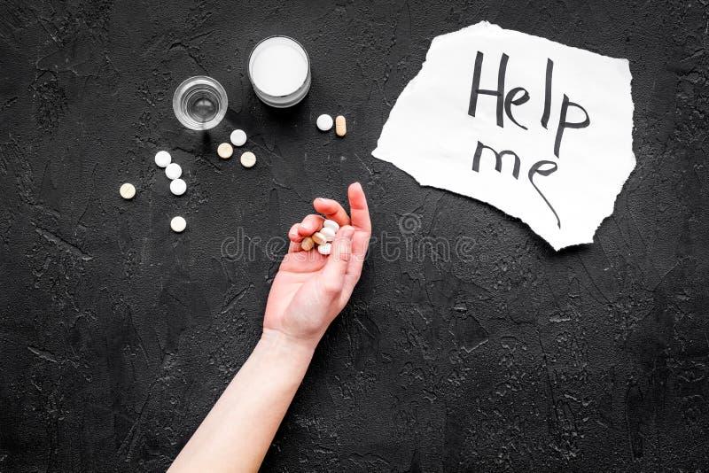 酒精中毒治疗 在上写字在药片附近在黑背景顶视图拷贝空间帮助我并且递 免版税库存照片